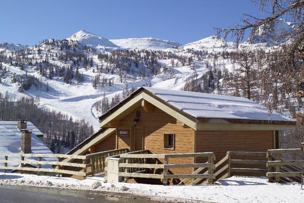 L'établissement Madame Vacances Les Chalets d'Isola en hiver