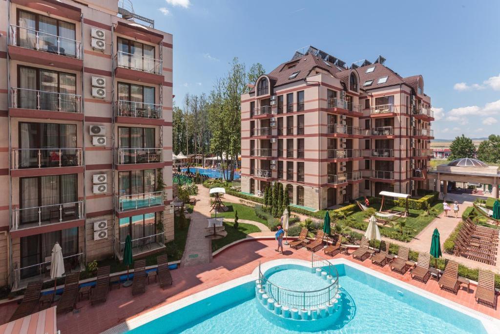 Вид на бассейн в Tarsis Club - All Inclusive или окрестностях