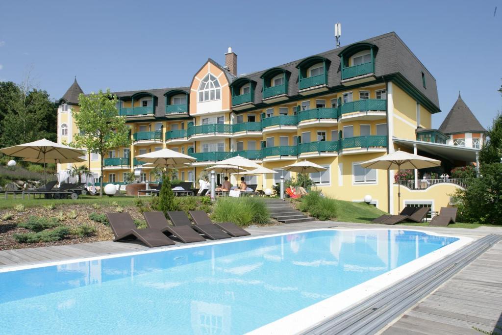 Der Swimmingpool an oder in der Nähe von Maiers Kuschelhotel Loipersdorf Deluxe - ADULTS ONLY