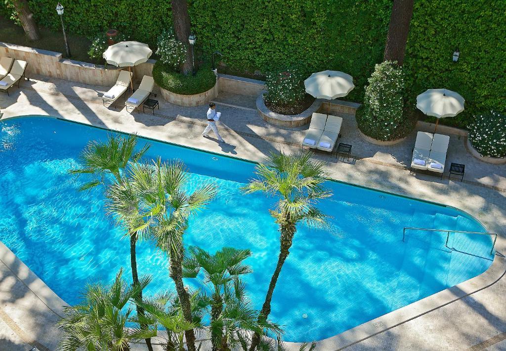 Ein Blick auf den Pool von der Unterkunft Aldrovandi Villa Borghese oder aus der Nähe