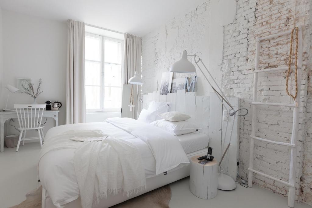 Een bed of bedden in een kamer bij Mother Goose Hotel