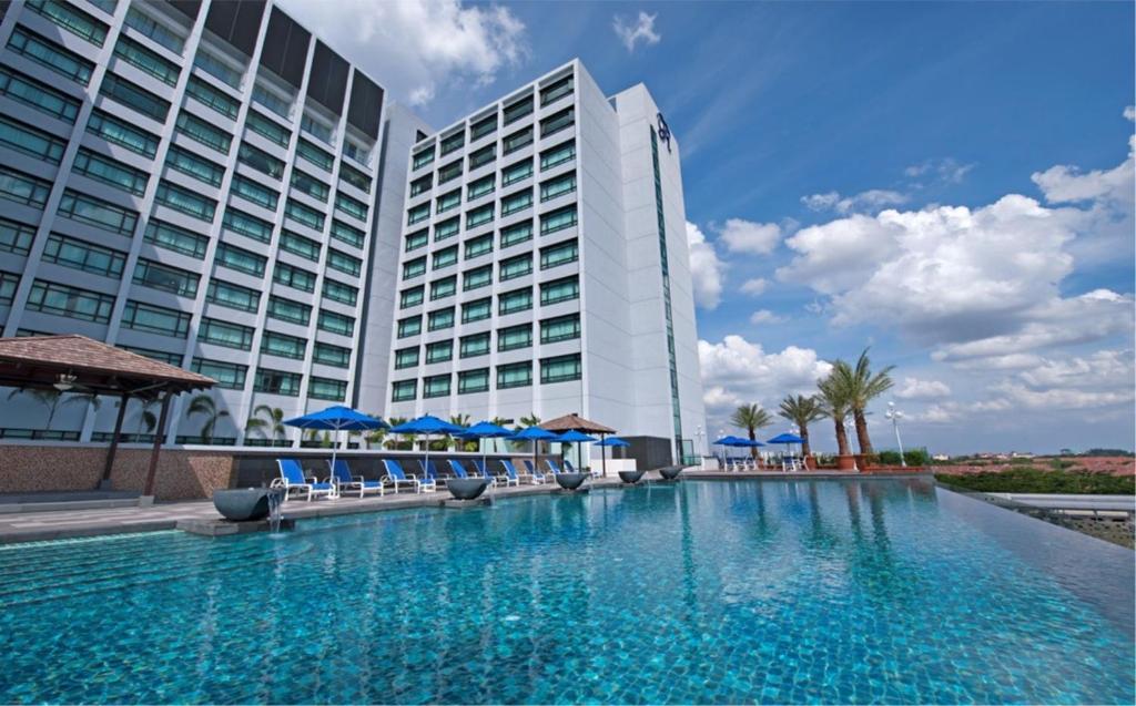 Het zwembad bij of vlak bij Royale Chulan Damansara
