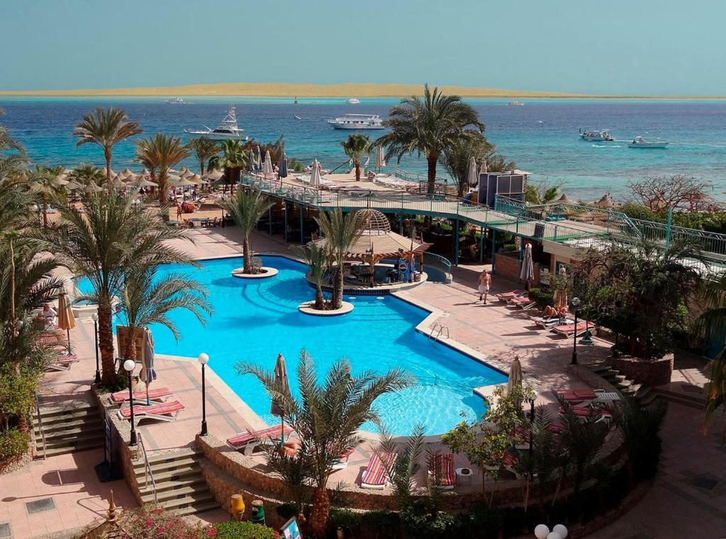 Uitzicht op het zwembad bij Bella Vista Resort Hurghada Families And Couples Only of in de buurt