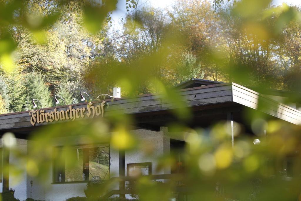 Eine Fassade oder ein Eingang zu Flörsbacher Hof