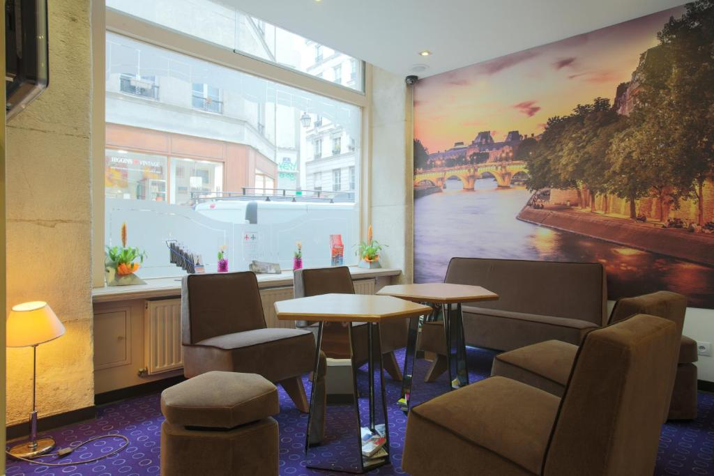 A restaurant or other place to eat at Grand Hotel du Loiret