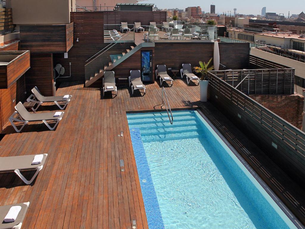 Hotel Lleó veya yakınında bir havuz manzarası