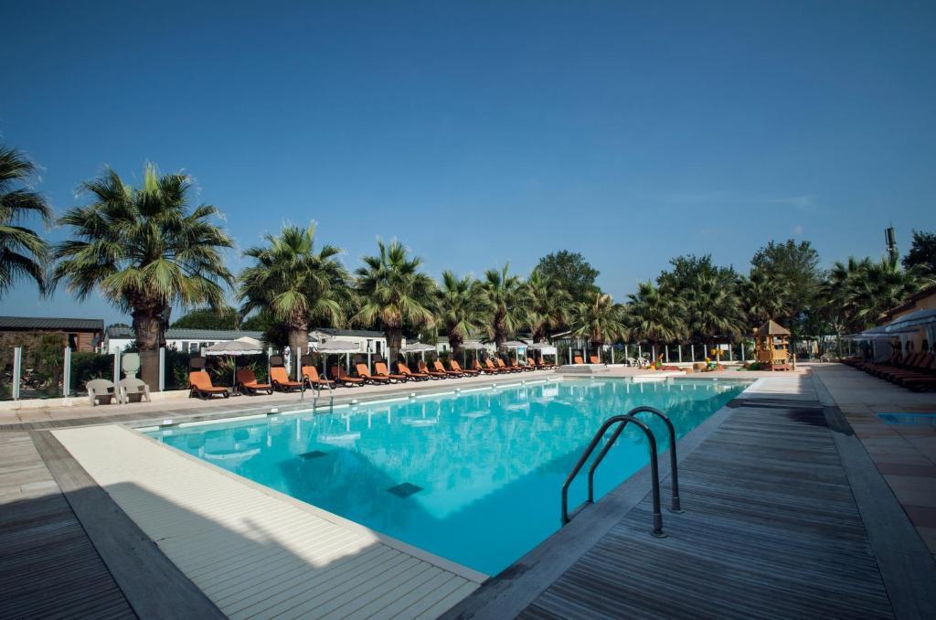 Piscine de l'établissement Holiday Marina Resort ou située à proximité