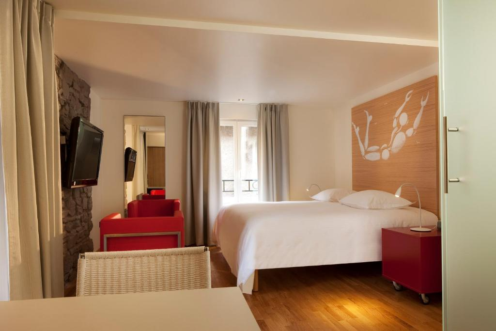 A bed or beds in a room at Hotel Le Pavillon 7