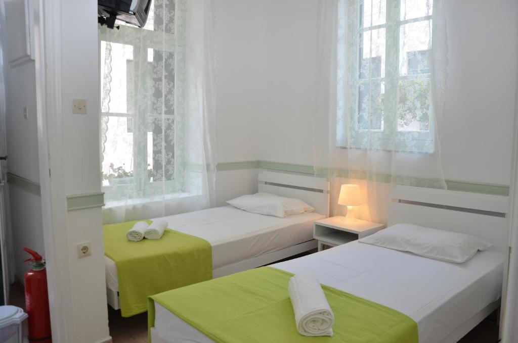 Кровать или кровати в номере Aegli Rooms
