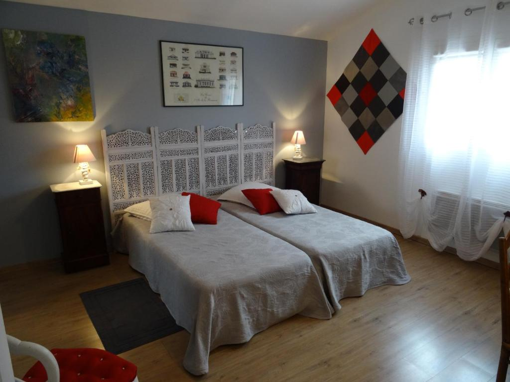 A bed or beds in a room at Une chambre en ville