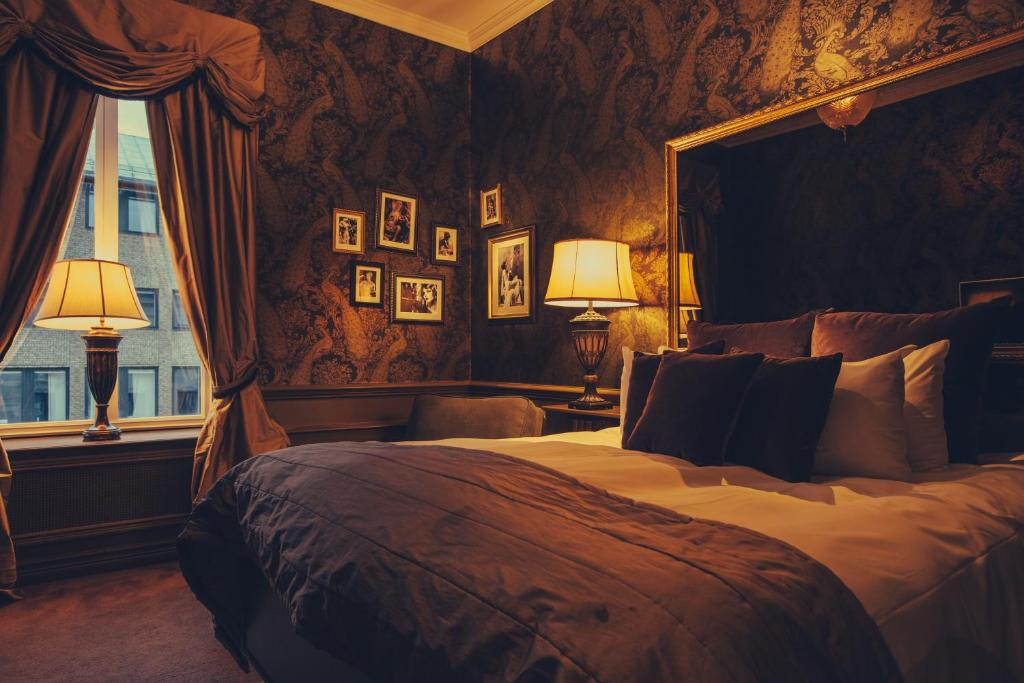 A bed or beds in a room at Hotel Pigalle