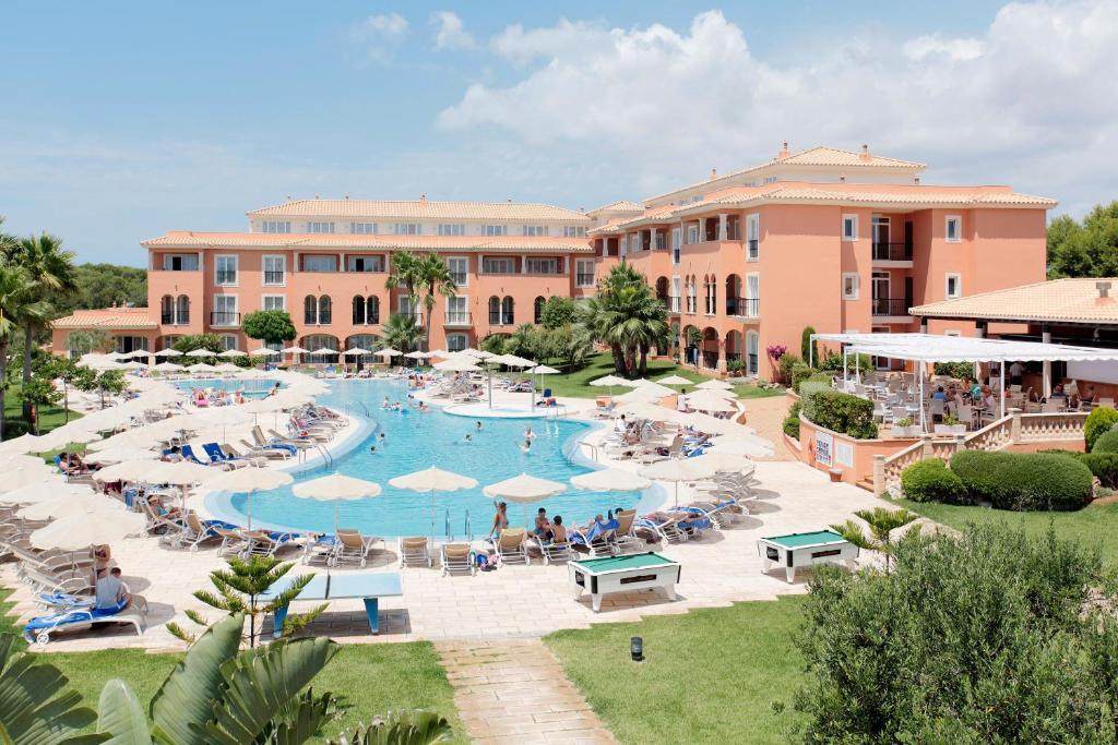 Uitzicht op het zwembad bij Grupotel Macarella Suites & Spa of in de buurt