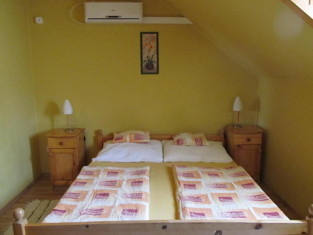 A bed or beds in a room at Tavi-fészek Fogadó