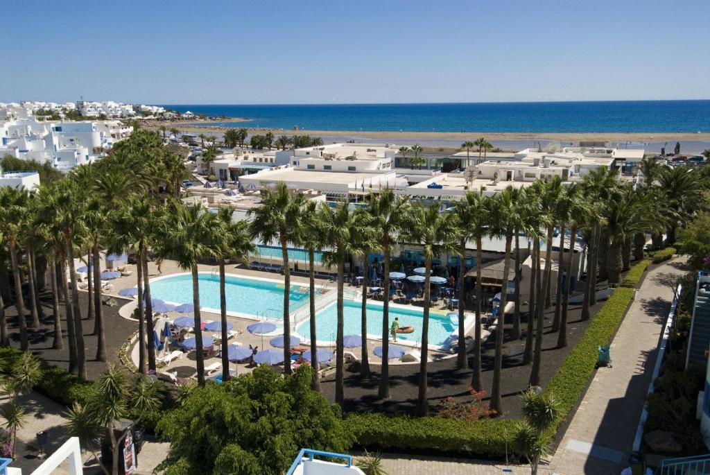 Uitzicht op het zwembad bij Aparthotel Costa Mar of in de buurt