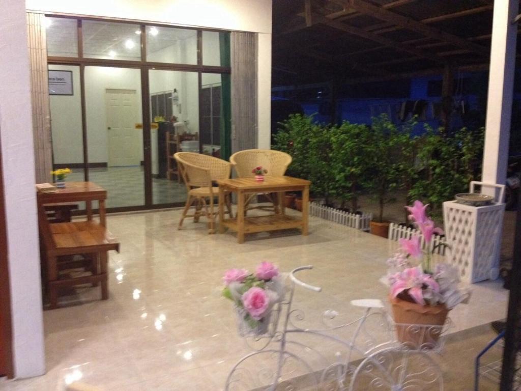 Um restaurante ou outro lugar para comer em Space Ben Guest House @ Muangkao