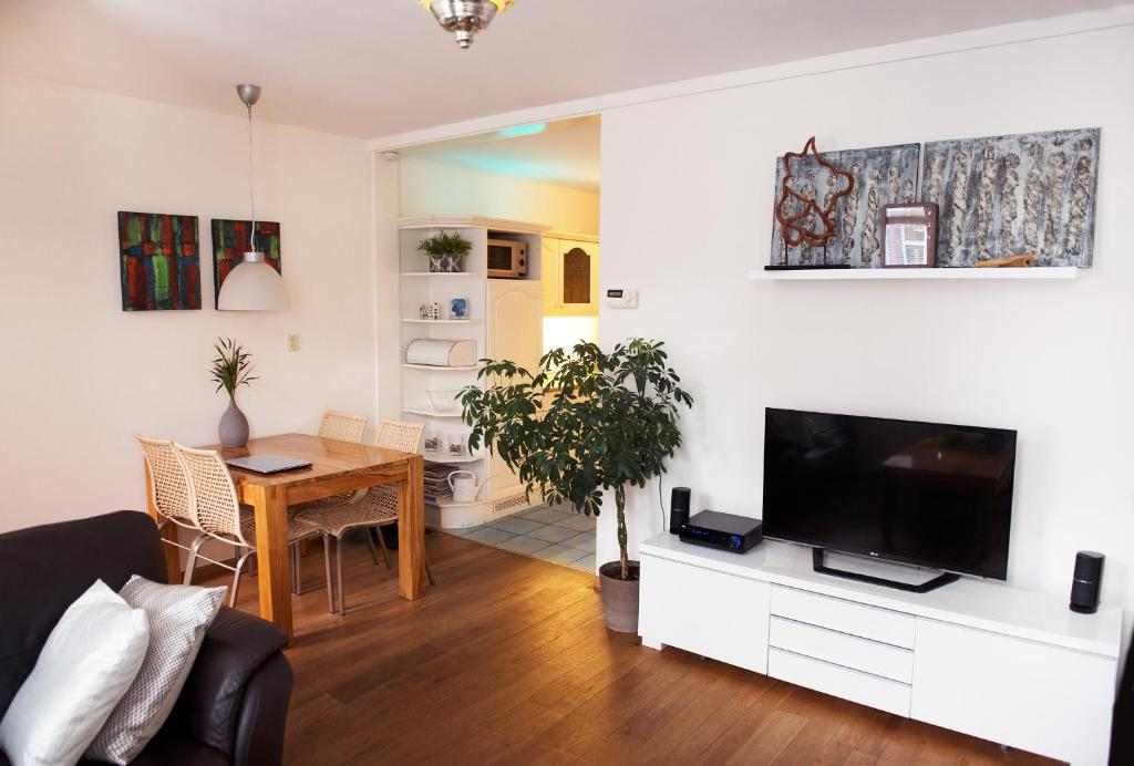 A television and/or entertainment centre at Vakantiehuis Katwijk
