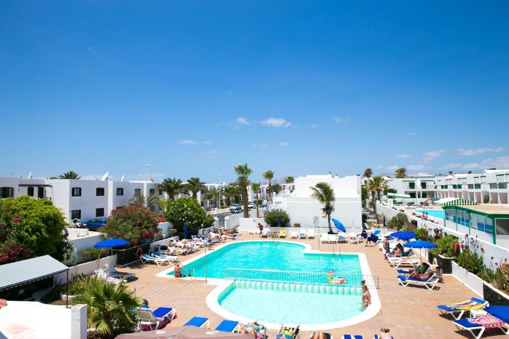 Uitzicht op het zwembad bij Apartamentos Oasis THe Home Collection of in de buurt