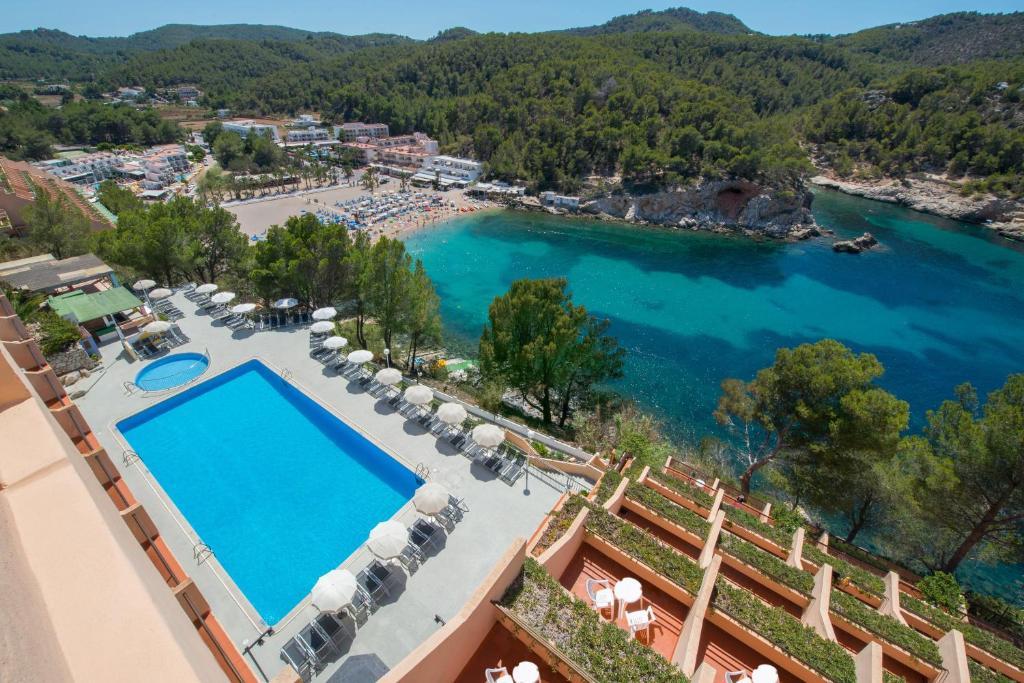 Ein Blick auf den Pool von der Unterkunft Hotel Galeón oder aus der Nähe