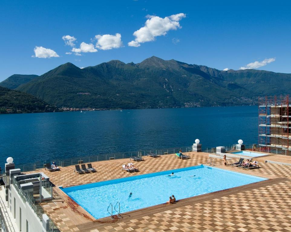 Vista sulla piscina di Golfo Gabella Lake Resort o su una piscina nei dintorni