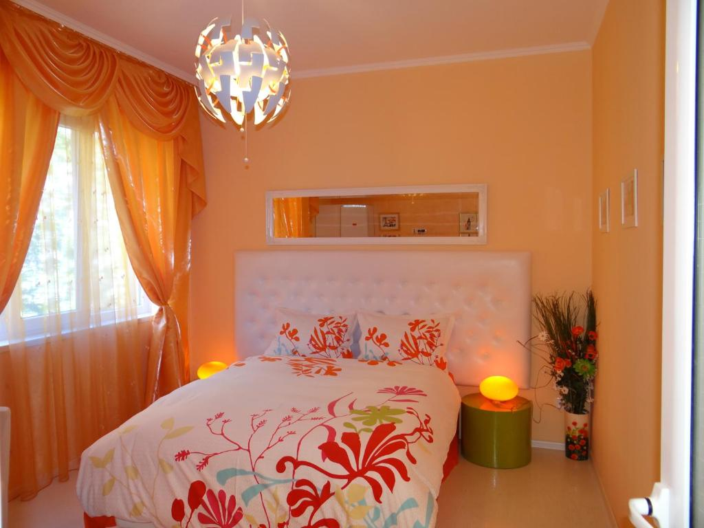 A bed or beds in a room at Orange Flower Apartments 1