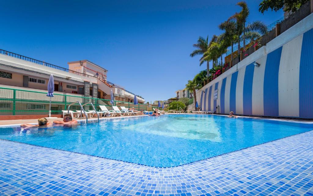 Het zwembad bij of vlak bij Apartamentos las Góndolas