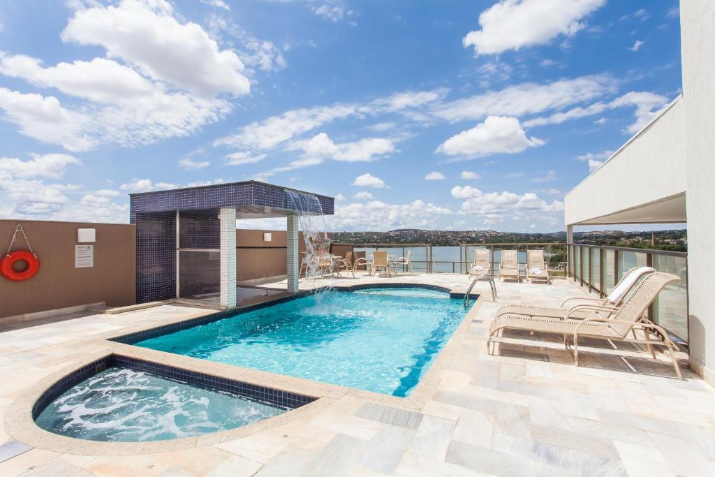 A piscina localizada em Ramada Hotel & Suites Lagoa Santa By Wyndham ou nos arredores