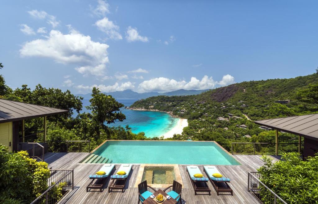 Вид на бассейн в Four Seasons Resort Seychelles или окрестностях