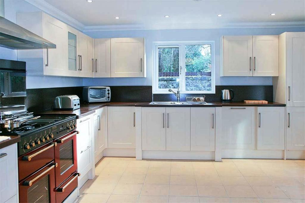 A kitchen or kitchenette at Hillview House Hostel Inverness
