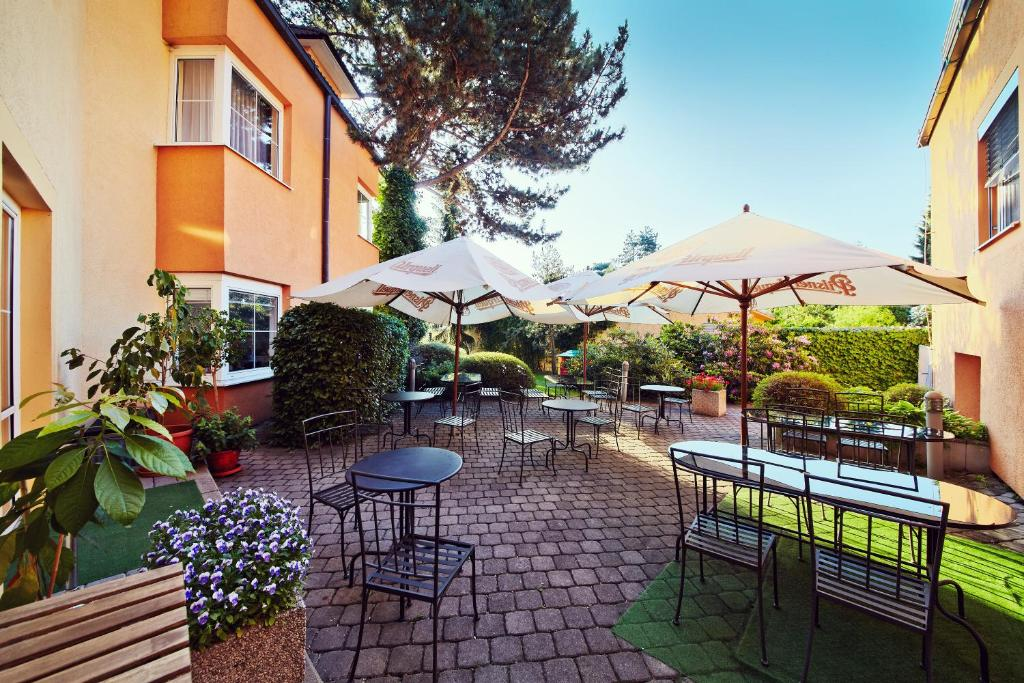 A restaurant or other place to eat at Hotel Tulipan Pruhonice