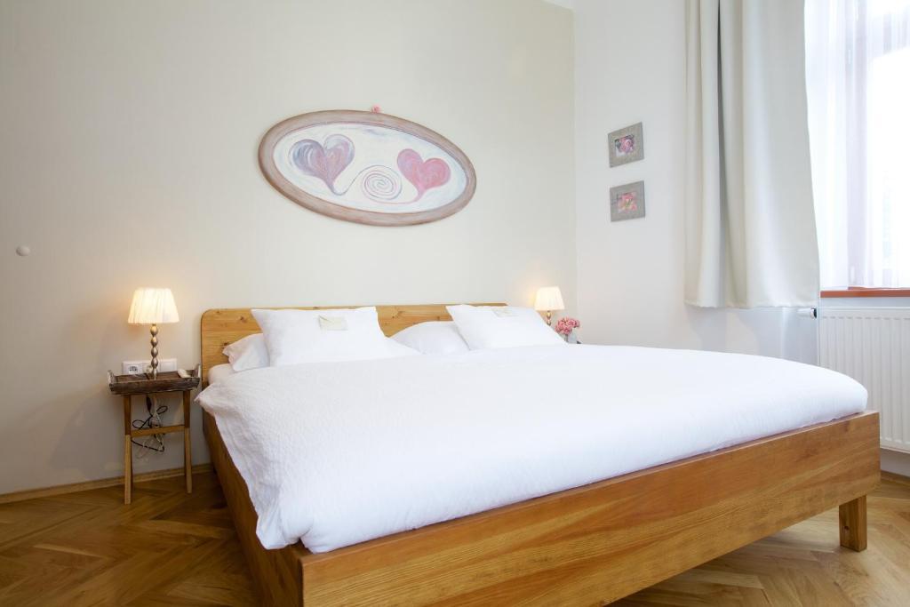 Postel nebo postele na pokoji v ubytování Wellness Penzion U Muzea