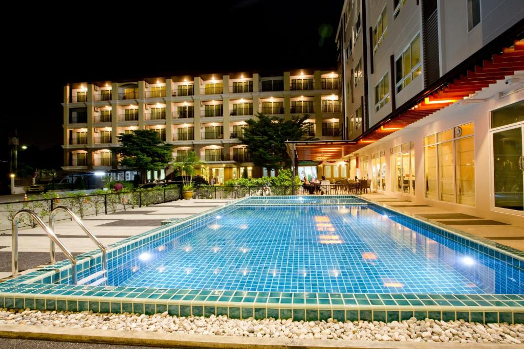The swimming pool at or close to Sinsuvarn Airport Suite Hotel