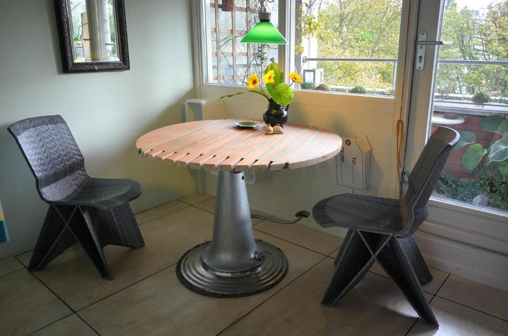 A seating area at Treetop Apartment