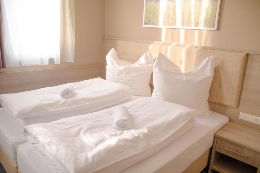 Кровать или кровати в номере Alpha & Omega Hotel