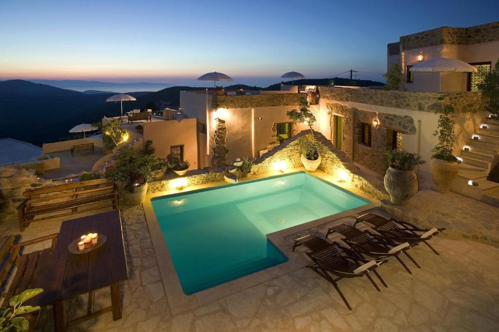 Uitzicht op het zwembad bij Cressa Ghitonia Village of in de buurt