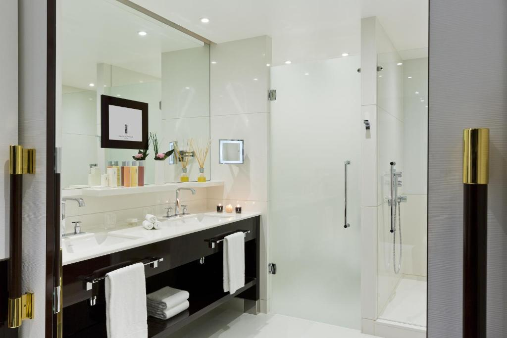 A bathroom at Hôtel Barrière Le Majestic Cannes
