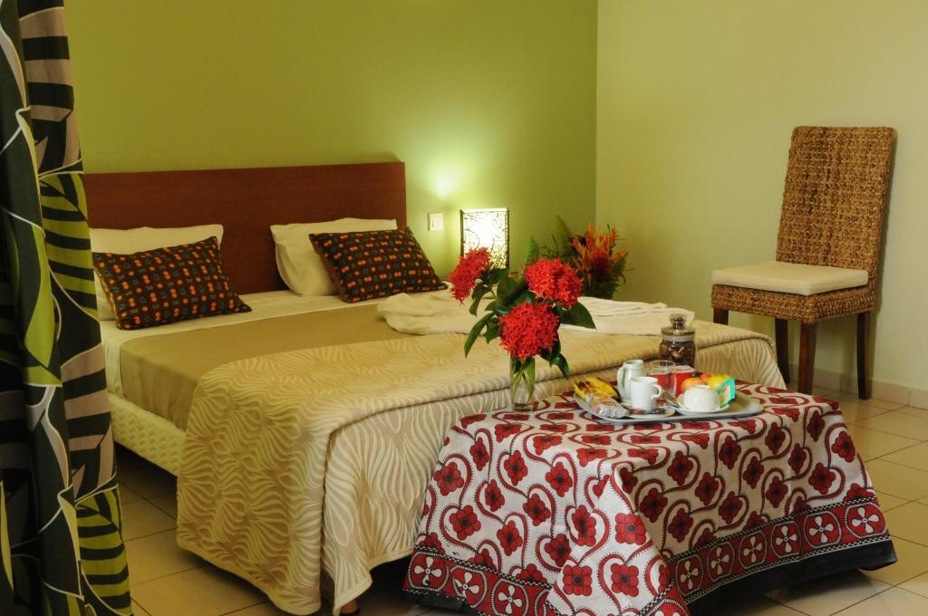 A bed or beds in a room at Hotel Maharajah