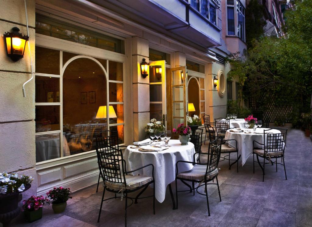 Um restaurante ou outro lugar para comer em Relais & Châteaux Hotel Orfila