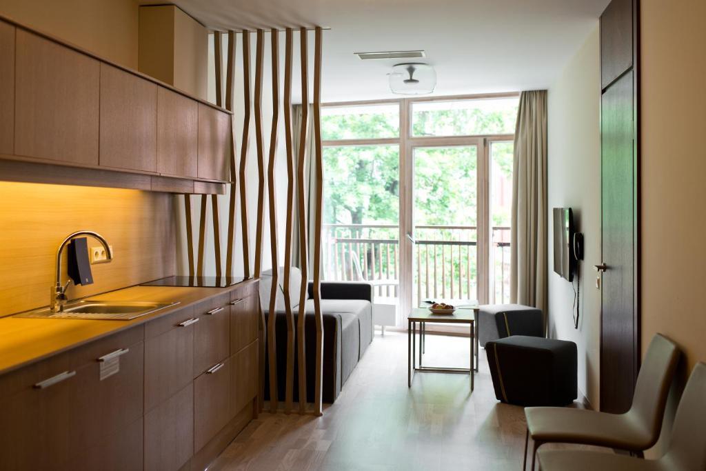 Een keuken of kitchenette bij Amberton Green Apartments Palanga