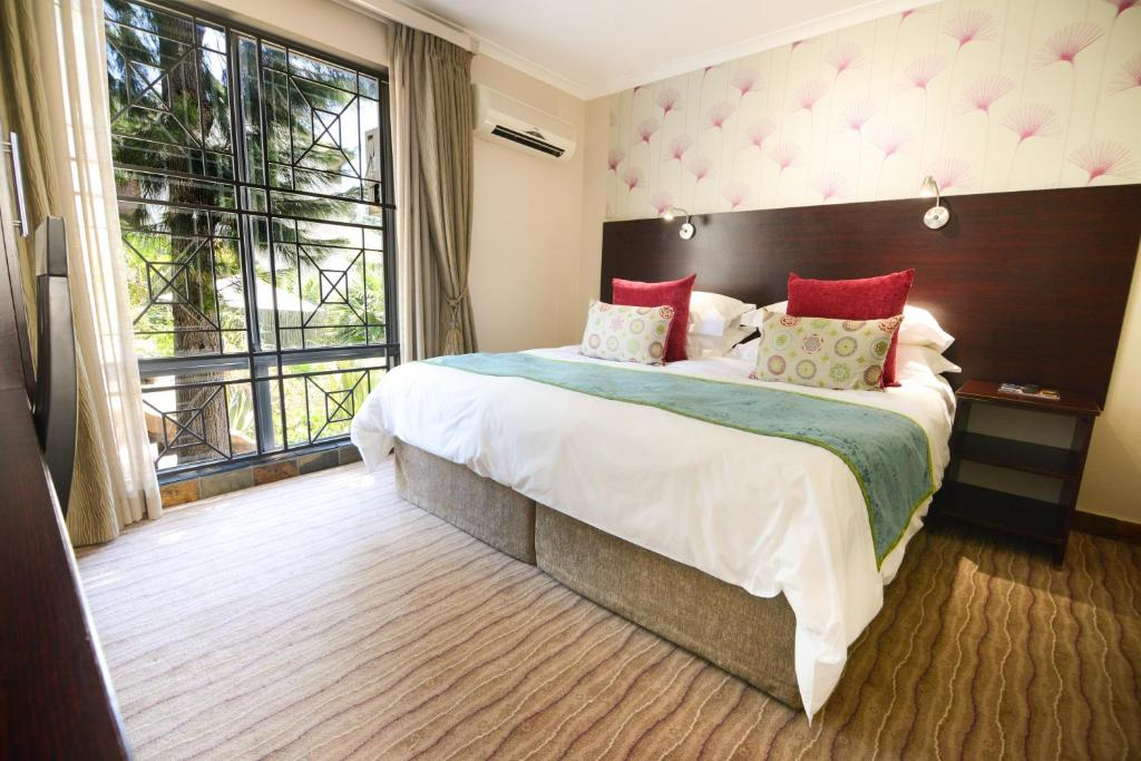 A bed or beds in a room at Signal Hill Lodge