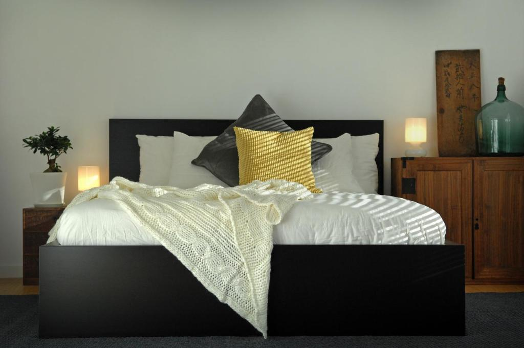 A bed or beds in a room at Cortina Apartments
