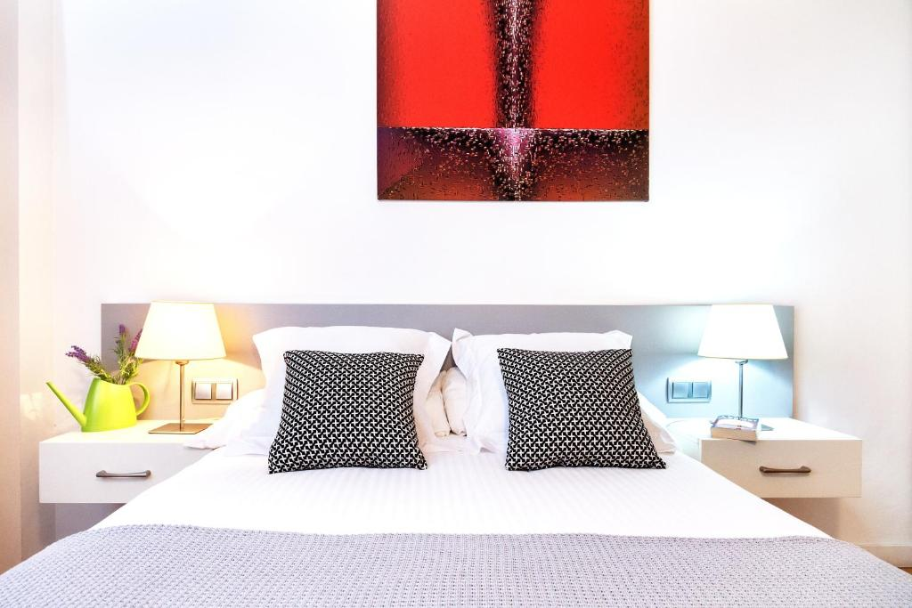 A bed or beds in a room at Feelathome Center Apartments