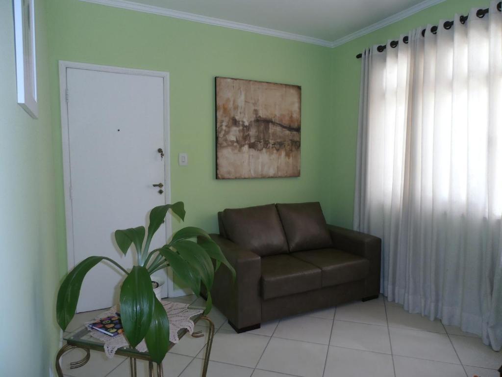 Uma área de estar em Apartamento Itapiranga