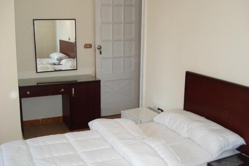 سرير أو أسرّة في غرفة في فندق ترانزيت الإسكندرية