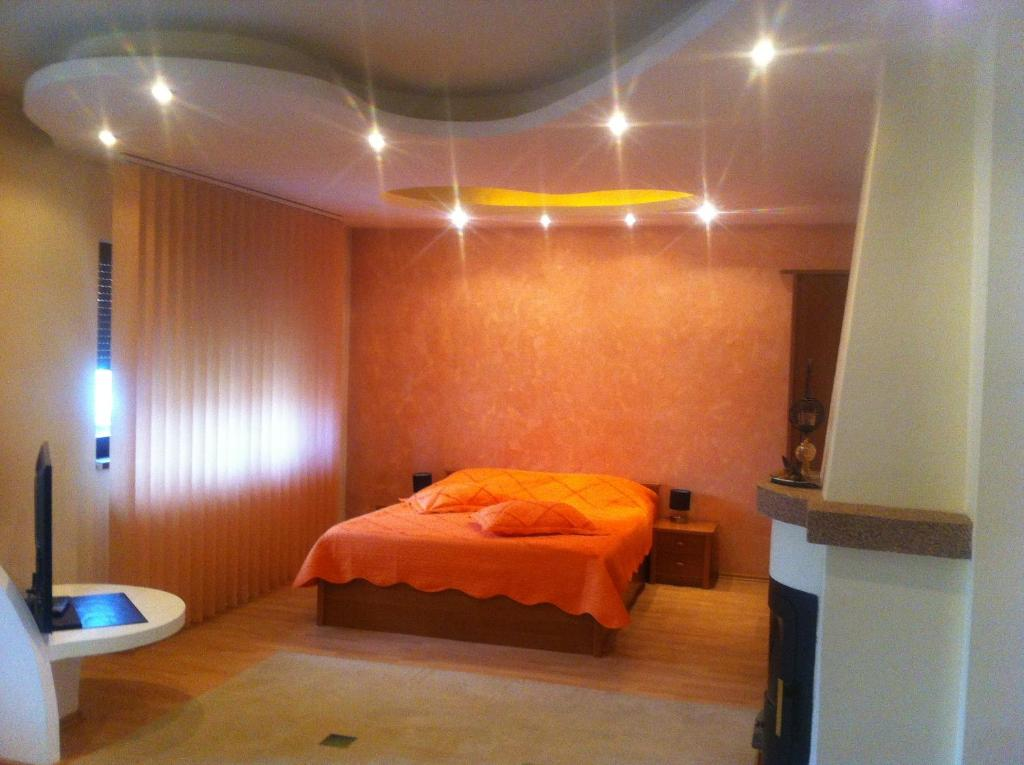 A bed or beds in a room at Pensiunea Red Rose Apartments