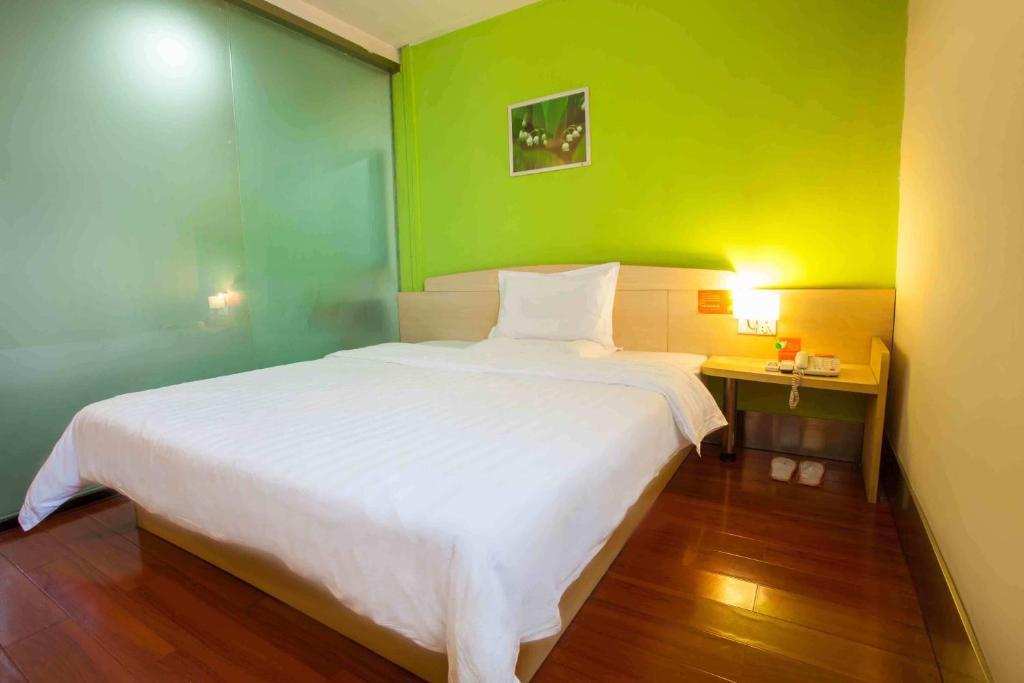 Кровать или кровати в номере 7Days Inn Zibo Railway Station