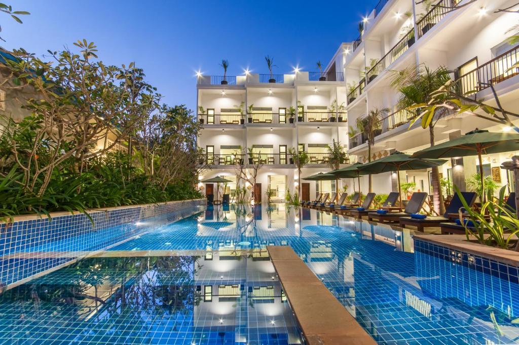 Der Swimmingpool an oder in der Nähe von Landing Gold Villa by Amatak