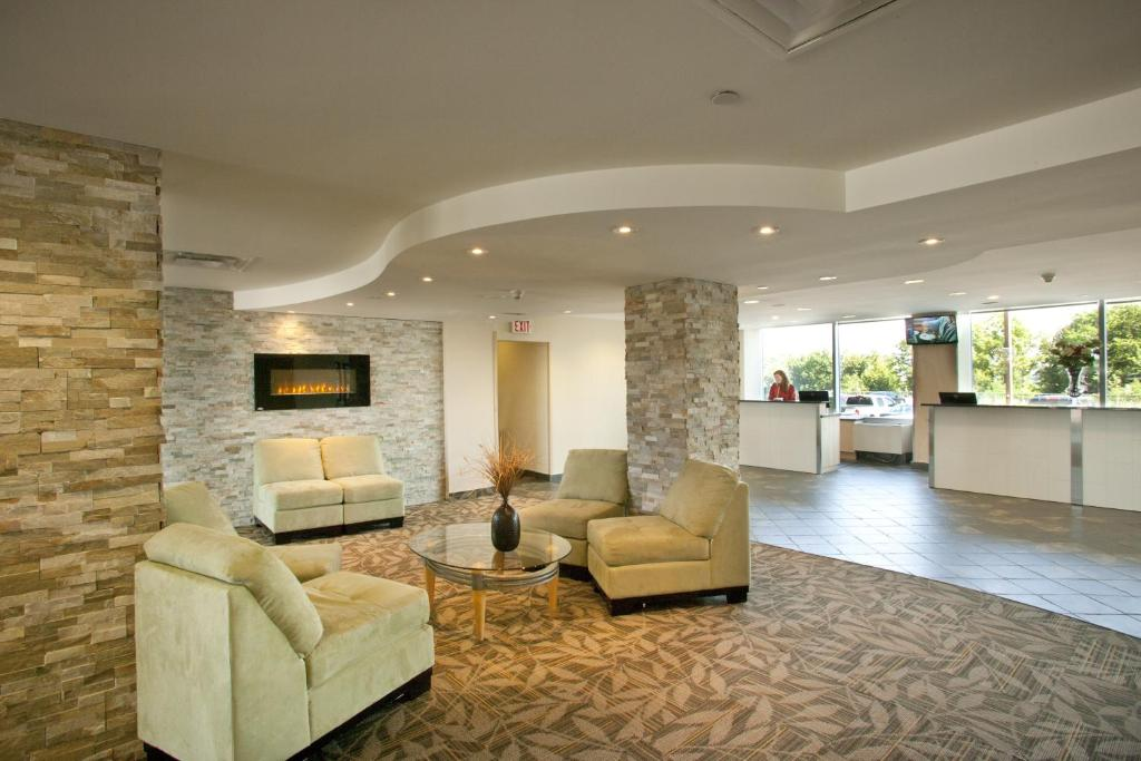 The lobby or reception area at The Oakes Hotel Overlooking the Falls