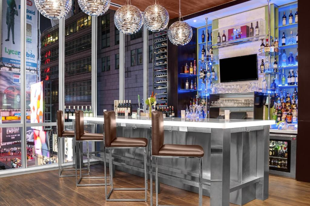 The lounge or bar area at Hilton Garden Inn Times Square Central