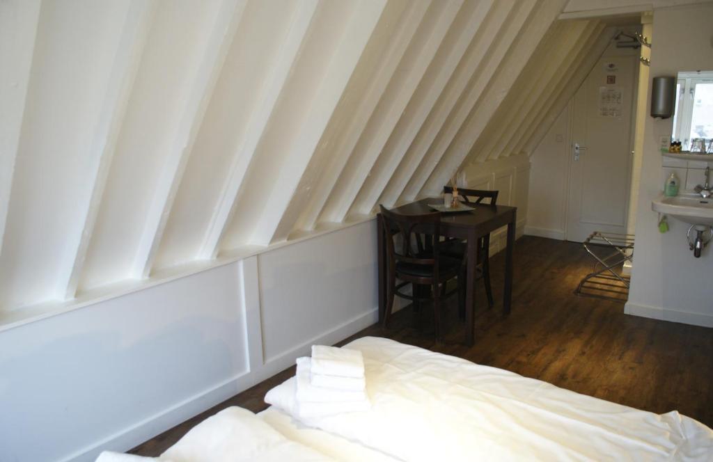 سرير أو أسرّة في غرفة في Hotel Prinsenhof Amsterdam