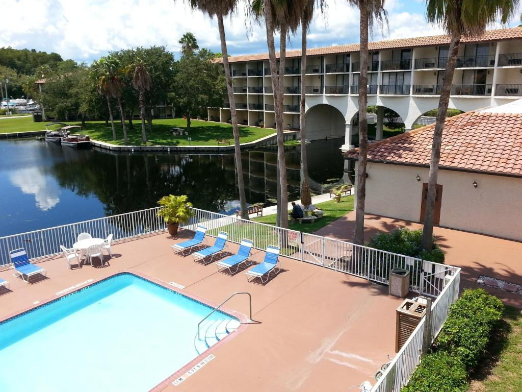 A view of the pool at Vista Inn Lake Tarpon or nearby